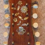 Ukázka hmatníku vykládaného perletí