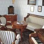 Čalouněný sedací nábytek - sofa, křesla + stolek, komoda